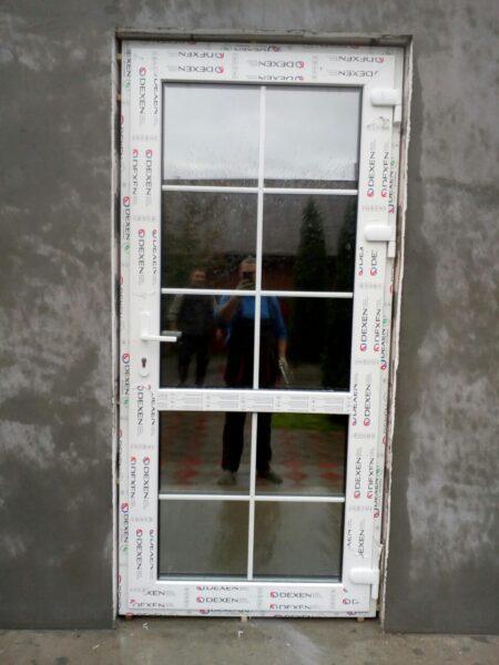 дверь входная с белым шпросом